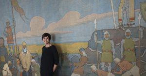 Kartanonrouva Liisa Lagerstam on iloinen siitä, että Pekka Halosen Vainolaista vastaan -maalaus on saatu lainaan Laukon kartanon kesänäyttelyyn. (Kuva: Matti Pulkkinen)