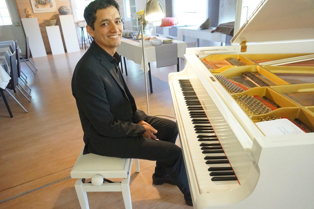Pianotaiteilija Pablo Rojas konsertoi juhannusviikon keskiviikkoiltana Urkin Piilopirtin paviljongissa. Kolumbialaissyntyinen pianisti tarjoili kattavan ohjelman eteläamerikkalaista musiikkia. (Kuva: Matti Pulkkinen)