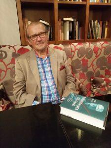Emeritusprofessori Panu Rajala on tehnyt poikkeuksellisen mielenkiintoisen elämäkerran kansalliskirjailija Ilmari Kiannosta. Kirja julkaistaan ensi viikolla. (Kuva: Matti Pulkkinen)