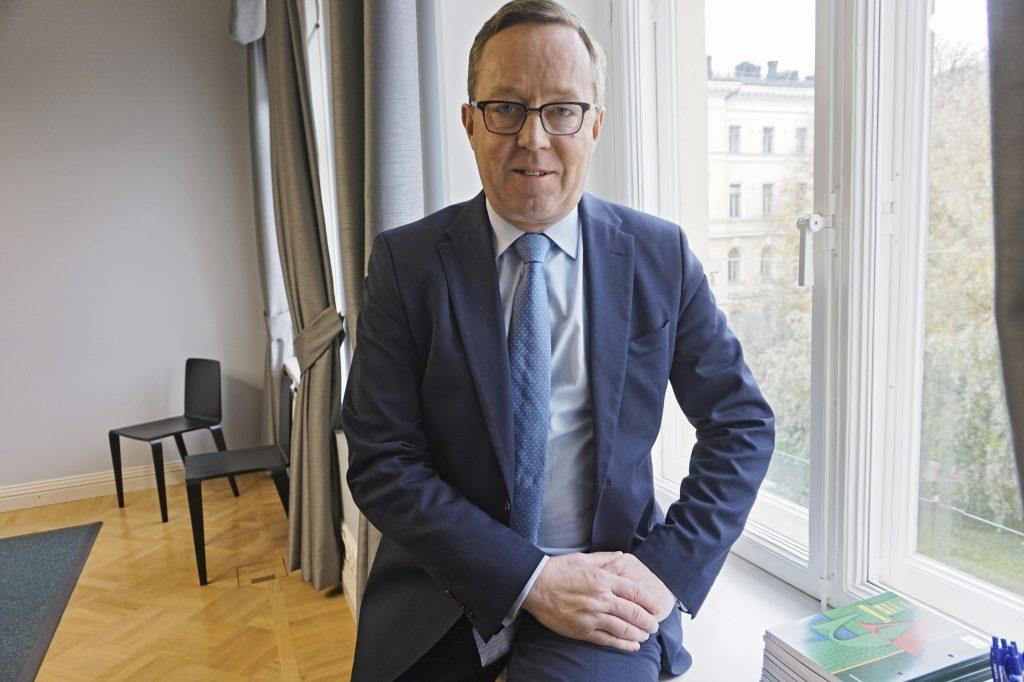 Elinkeinoministeri Mika Lintilä pohtii, mistä Suomi saa tulevaisuudessa tarvitsemansa työntekijät. Hänen mukaansa rajusti alenevan syntyvyyden seuraukset on nostettava pikaisesti esille.