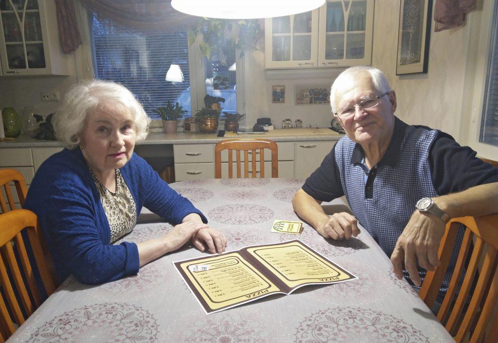 Tarja ja Pentti Taskinen ovat asioineet Tampereen vanhimmassa pizzeriassa Napolissa sen avaamisesta lähtien. Molemmilla oli alusta lähtien henkilökohtaiset pizzapassit. Alkuperäisellä ruokalistalla oli kolme suosikkia: Vagabonda, Opera ja Calzone. (Kuva: Matti Pulkkinen)