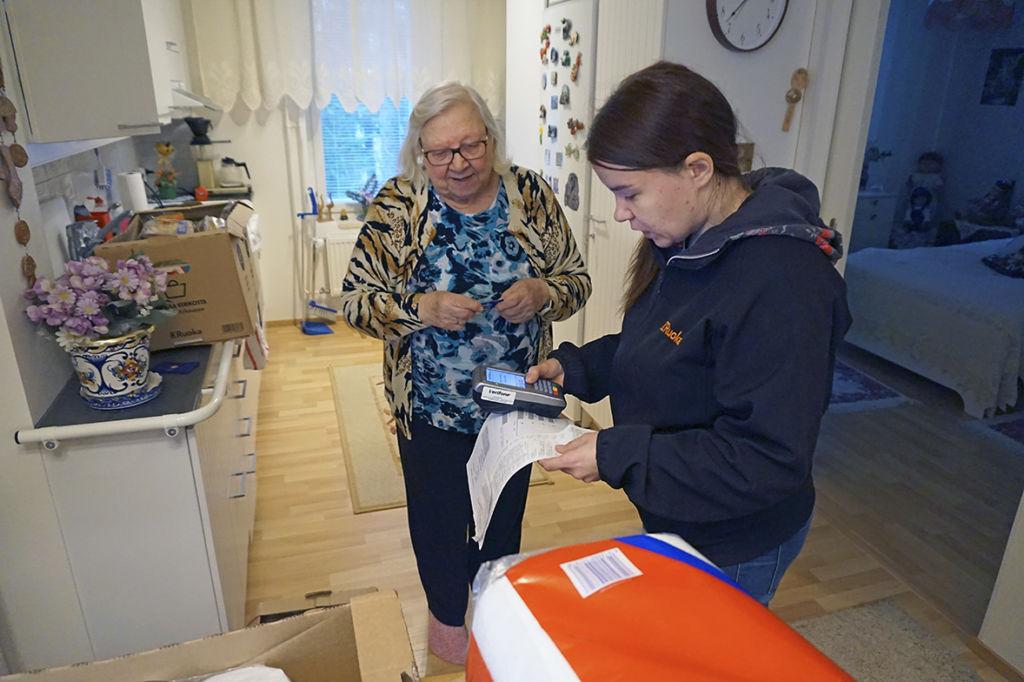 Ruusa Mäkinen haluaa kokata itse ruokansa. Lääkäri on kieltänyt häneltä raskaiden kassien kantamisen. Ruokaverkkokauppa ja kotiinkuljetuspalvelu on hänen mielestään parasta, mitä kaupan saralla on aikoihin tapahtunut.