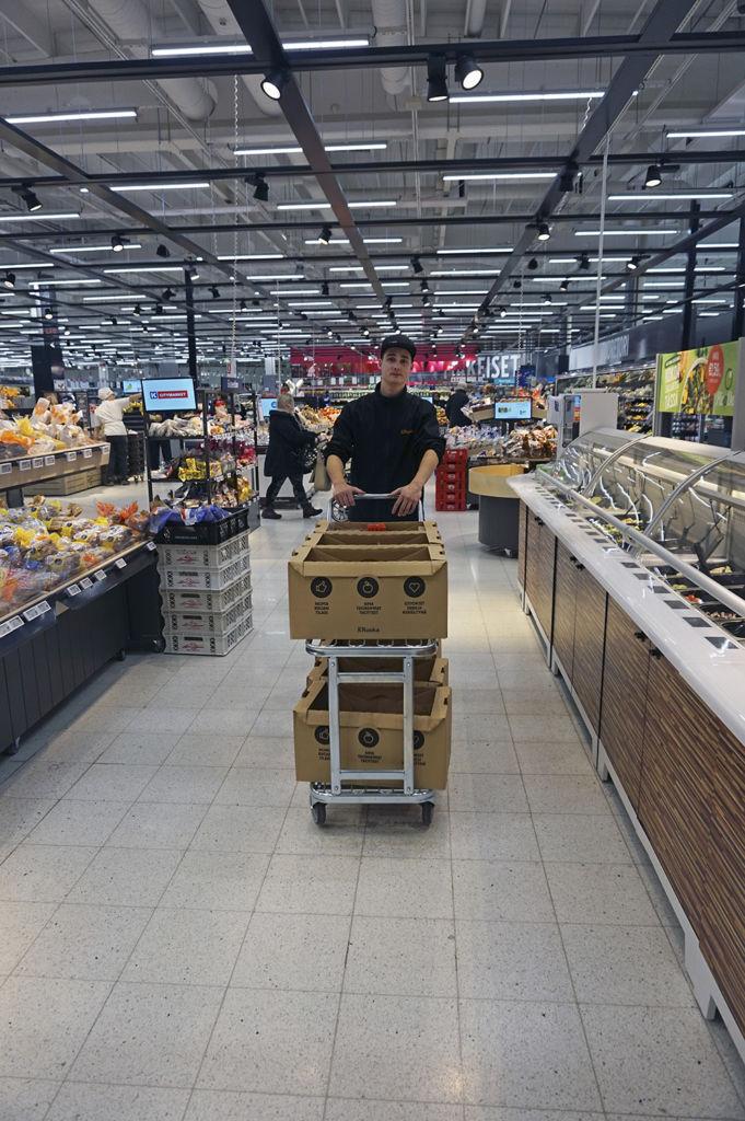 Verkkokauppavastaava Mika Sivonen on vastannut liki kahdeksan kuukauden ajan Pirkkalan K-Citymarketin ruokaverkkokaupasta, josta verkko-ostokset lähtevät kotiinkuljetuspalvelun kera Pirkkalan ja Tampereen lisäksi Lempäälään, Kangasalle, Nokialle ja Ylöjärvelle.