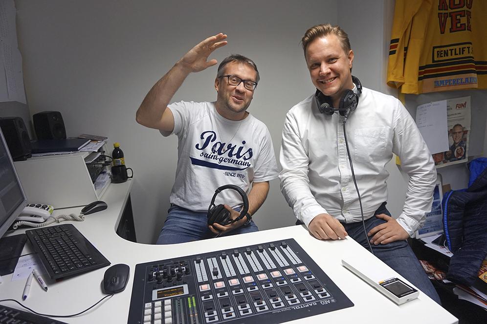 Valtteri Kujansuu (oik.) ja Kimmo Hoivassilta haastattelevat radioaalloilla niin kulttuurin kuin urheilun ja talouden kuin yhteiskunnan toimijoita.