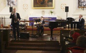 Petri Laaksonen on tehnyt mittavan joulukiertueensa jo vuodesta 1994 lähtien. Viime maanantaina Laaksosen tämänvuotinen joulukonserttikiertue kävi Sääksmäen kirkossa. (Kuva: Matti Pulkkinen)