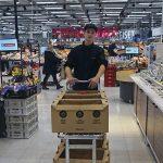 Verkkokauppavastaava Mika kerää tavarat Pirkkalassa,  kuljettaja Ulla toimittaa ostokset 30 kilometrin säteellä