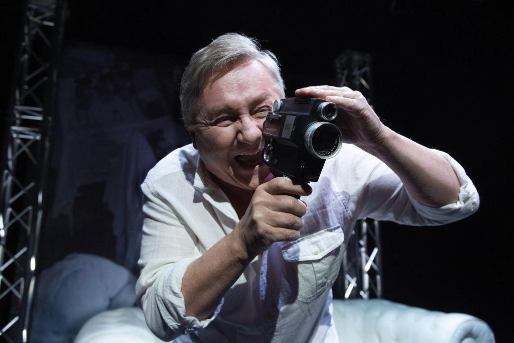 Rölli-peikko ei kummittele Hirmu jätkä -komediassa. Allu Tuppurainen onnistuu mainiosti yhden miehen esityksen läpiviennissä. Hän toimii huomaamattaan seksuaaliterapeuttina.