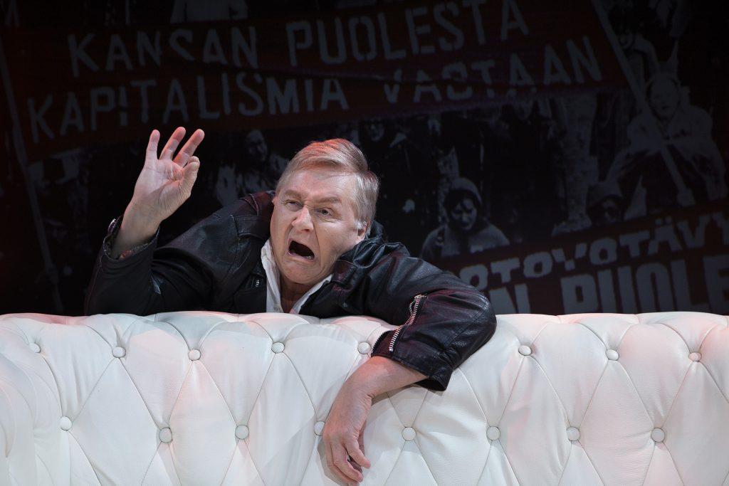 Allu Tuppurainen esiintyy Turusen Masana käsikirjoittamassaan Hirmu jätkä -komediassa, joka sai kantaesityksensä Tampereen Komediateatterissa loppiaisaattona. Näytelmä kertoo värikkäästi yhden aikakauden miehen aikuistumis- ja kypsymistarinan.