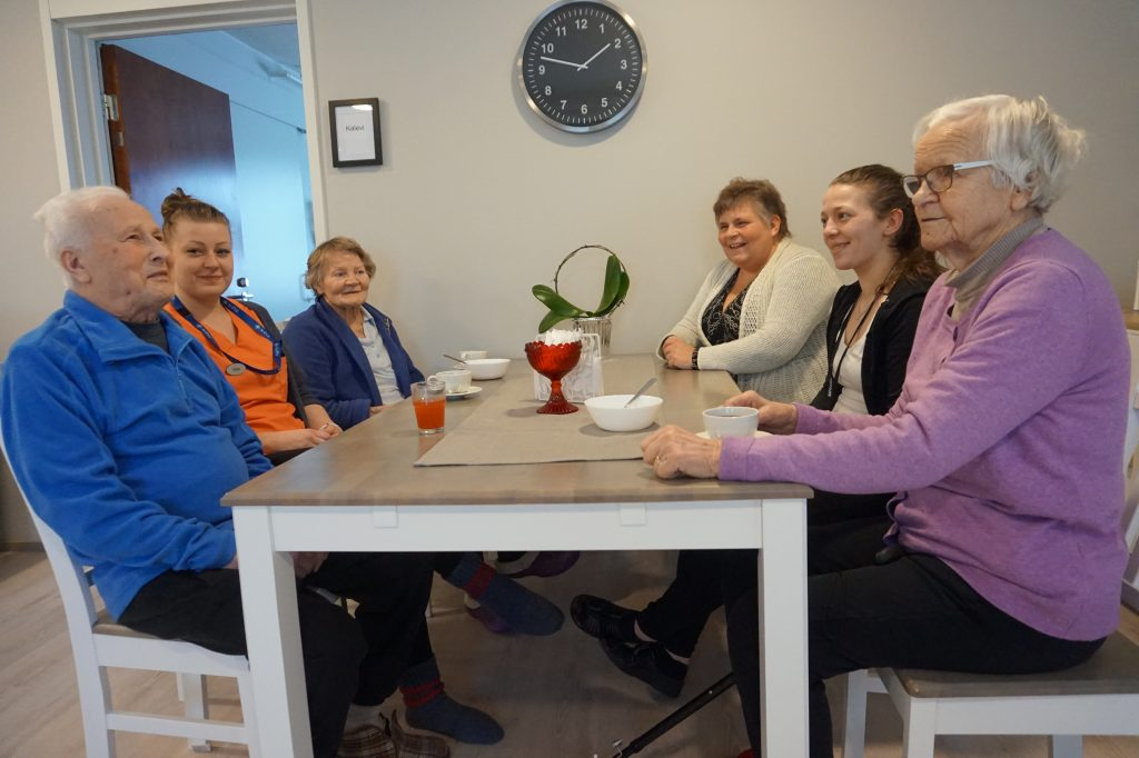 Hoivapalvelu Valkokulta Oy:n Ylöjärvellä olevassa hoivakodissa on lämmintunnelma. Toimitusjohtaja Riikka Salakari pitää tärkeänä jokapäiväistä vuoropuhelua asiakkaiden eli asukkaiden kanssa.
