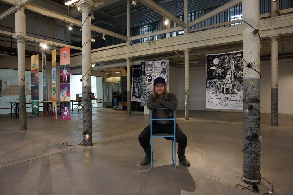 Sarjakuvan läänintaiteilija Ville Pirinen ehdottaa Tamperetta Suomen sarjakuvan pääkaupungiksi. Nimeämisen voisi hänen mielestään tehdä vuonna 2026, jolloin Mansen pitäisi olla myös Euroopan kulttuuripääkaupunki. (Kuva: Matti Pulkkinen)