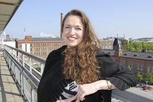 Anna-Kaisa Ikonen liputtaa monipaikkaisuuden puolesta. (Kuva: Matti Pulkkinen)