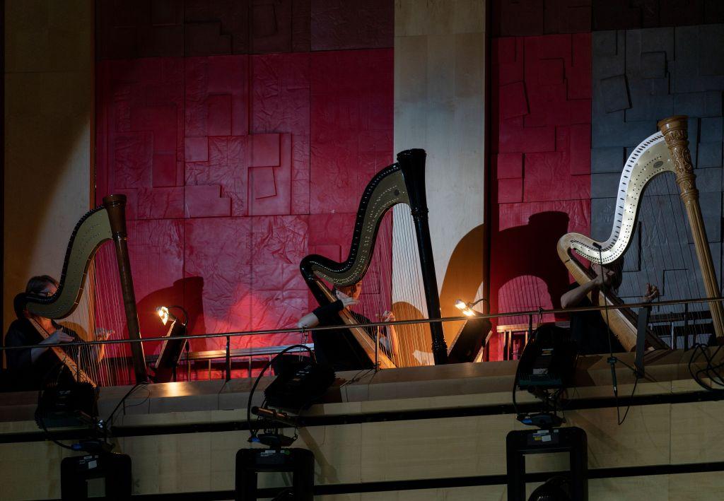 Harpistit oli nostettu musisoimaan lehterille. Niiden ääni lumosi mystisyydellään 1200 oopperavierasta. (Kuva: Müpa)