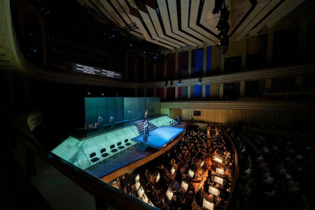 Müpan konsertti- ja oopperasali täyttyi Wagnerin oopperan ystävistä viimeistä sijaa myöten. Unkarin Radion Simphonia Orkesteri täytti oopperavieraiden toiveet. Puikoissa oli legendaarinen Ádám Fischer.