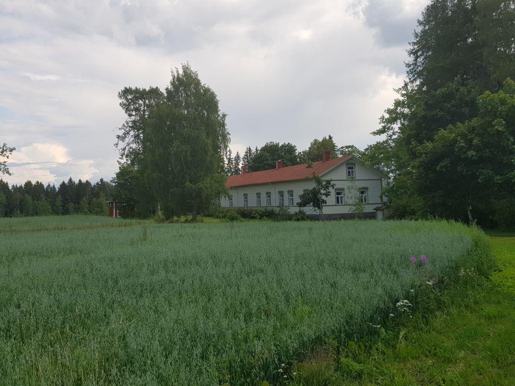 Vuonna 1611 perustetun Hovilan kartanon komea päärakennus on vuodelta 1841. Taloa reunustavat viljavat vainiot. (Kuva: Matti Pulkkinen)