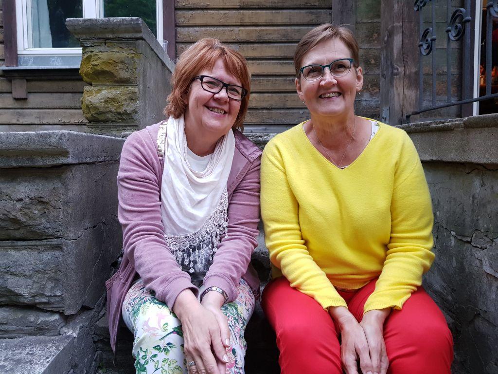Sini Syrjä (vas.) ja Birgitta Puisto ovat konkareita Tallinnan laulujuhlilla. (Kuva: Matti Pulkkinen)