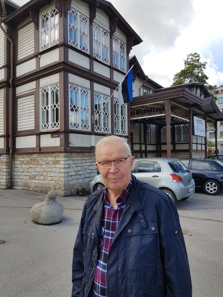 - Sinimustavalkoiset liput juhlistavat Tallinnaa, kun kaupunki isännöi laulujuhlia, Antero Honkkila sanoo. Hän toivoisi, että kaikki suomalaiset voisivat ainakin kerran elämässään kokea suurtapahtuman väkevän me-hengen. (Kuva: Matti Pulkkinen)