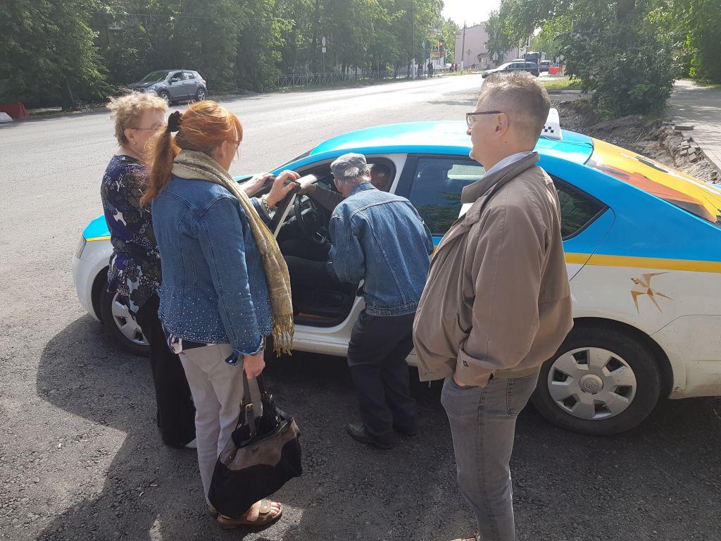 Sina Kujansuu sai apua mummolansa löytämiseksi Marjalanniemestä. Ystävällinen käkisalmelainen etsi paikan kartalta. Taksi vei turvallisesti perille. (Kuva: Matti Pulkkinen)