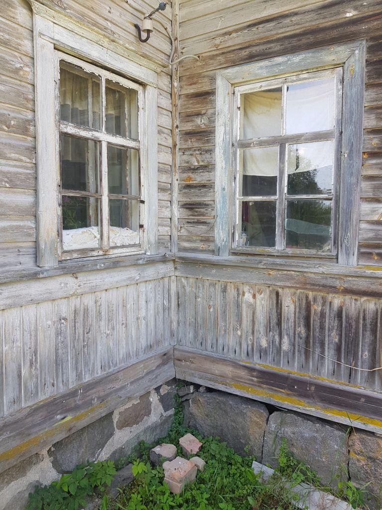 Eskolan talon ikkunat ovat kauniit. Näistä akkunoista ovat Haikoset katselleet sukupolvesta toiseen Koti-Karjalan vehreitä maisemia. (Kuva: Matti Pulkkinen)