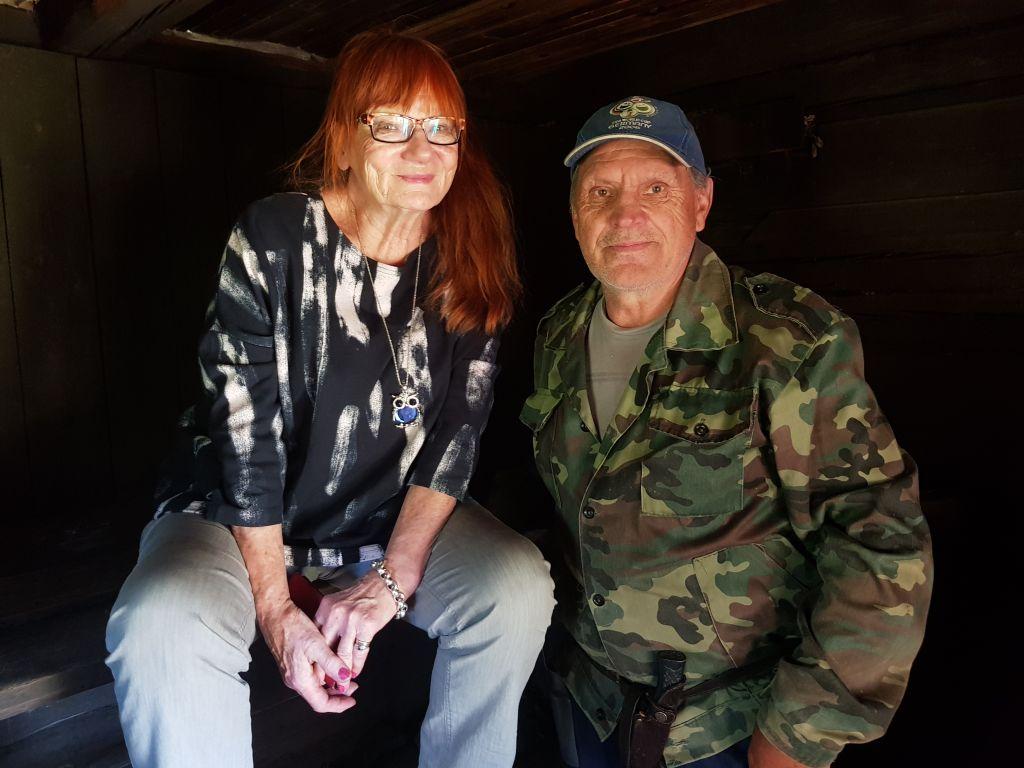 Jevgeni Remesov tervehti Sinan Kujansuuta. Ahkera kalastaja ja metsästäjä viettää eläkepäiviään Marjinossa. Hän avasi vieraalle oven tämän mummolan saunaan. (Kuva: Matti Pulkkinen)