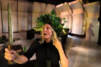 Emmi Kaislakari tekee puhuttelevan roolin Kristinina Neiti Juliessa. Kaislakarin harteilla on herättävä näytelmän alku. (Kuva: Kimmo Viskari)