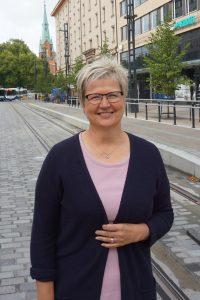 Aito Säästöpankki on myynyt historiallisen runsaasti uusia asuntoluottoja. Toimitusjohtaja Pirkko Ahonen arvioi, että vuoden loppukuukaudet eivät ole yhtä vilkkaita asuntolainatiskeillä kuin kesä- ja syksykuukaudet ovat olleet. (Kuva: Matti Pulkkinen)