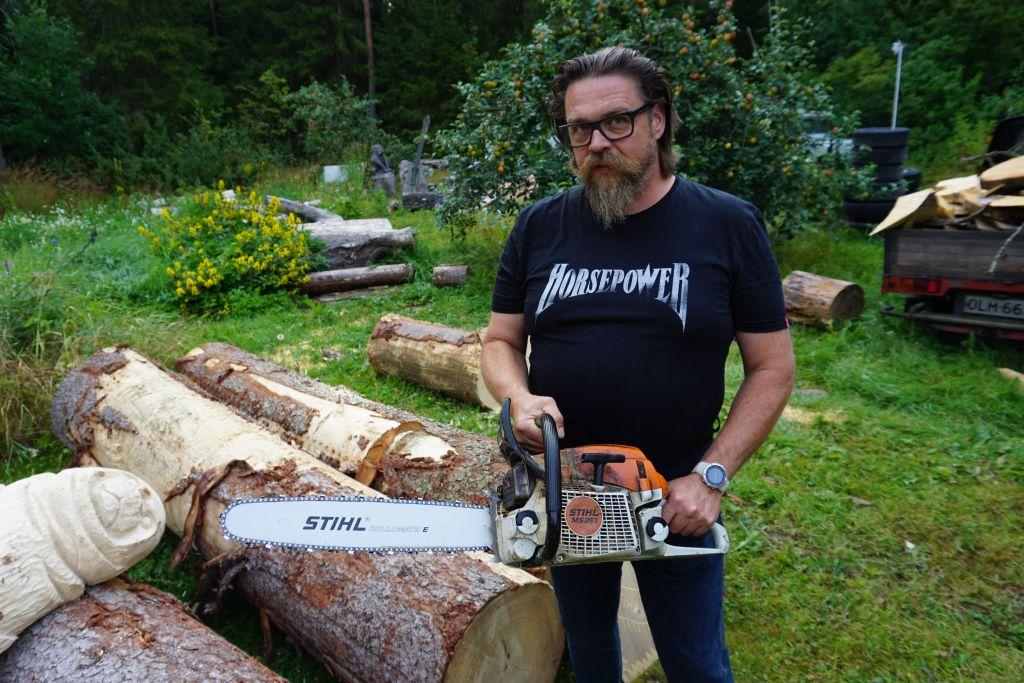 Tomsk kutsuu Juha Käkelää. Suomessa hyvin tunnettu moottorisahataiteilija kansainvälistyy. Veistäjä on ensi viikon Kirveen päivät -tapahtumassa Keski-Siperiassa. (Kuva: Matti Pulkkinen)