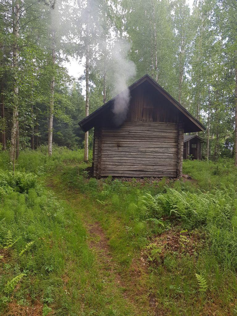 Enemmän saunaa! on yksi kulttuuripääkaupunkihaun teema. Pirkanmaalla onkin konkreettisesti vahva saunomisen perinne. Tämä vanha savusauna lämpiää Kuhmalahden Vehkajärvellä Pajulanjärven rannalla. (Kuva: Matti Pulkkinen)