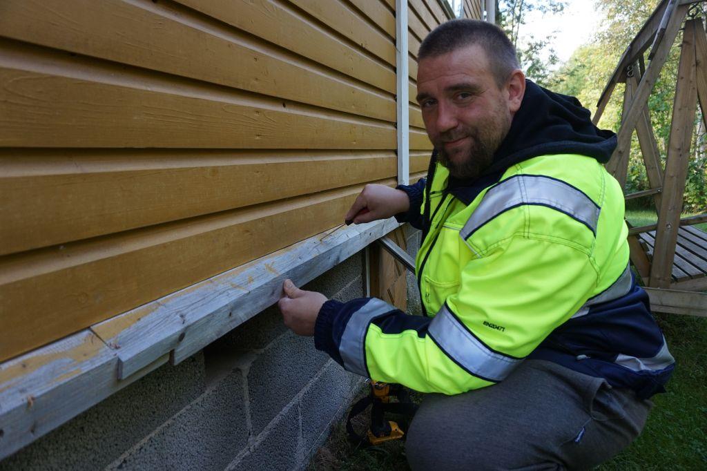 Niko Palonen muistuttaa talon tarvitsevan jatkuvaa silmällä pitoa. Kerran rakennettu ei säily uudenveroisena. Auringonpaahde ja rajut sateet koettelevat esimerkiksi seiniä. (Kuva: Matti Pulkkinen)
