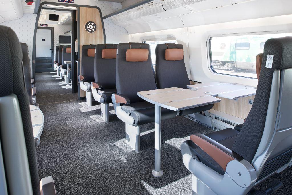 Esimerkiksi Tampereen ja Helsingin välisellä osuudella matkustaa päivittäin kasvava joukko ihmisiä. Moni hyödyntää junamatka-aikansa tekemällä töitä. VR on vastannut asiakkaidensa tarpeisiin kehittämällä Extra-luokan.