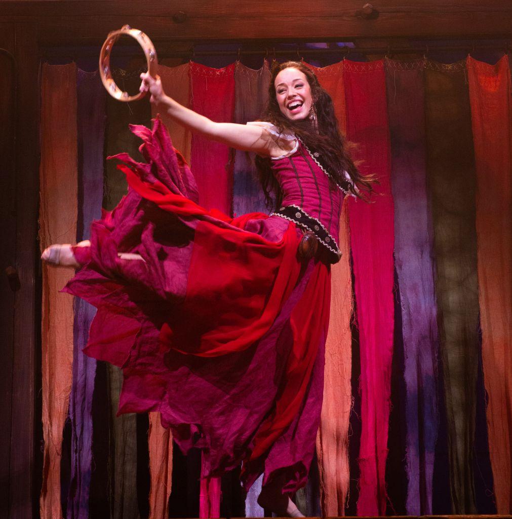 Näyttelijä Josefin Silén loistaa Esmeraldana. Hän saa loistavan lähdön näyttelijän uralleen Tampereen Teatterin musikaalissa. (Kuva: Tampereen Teatteri)