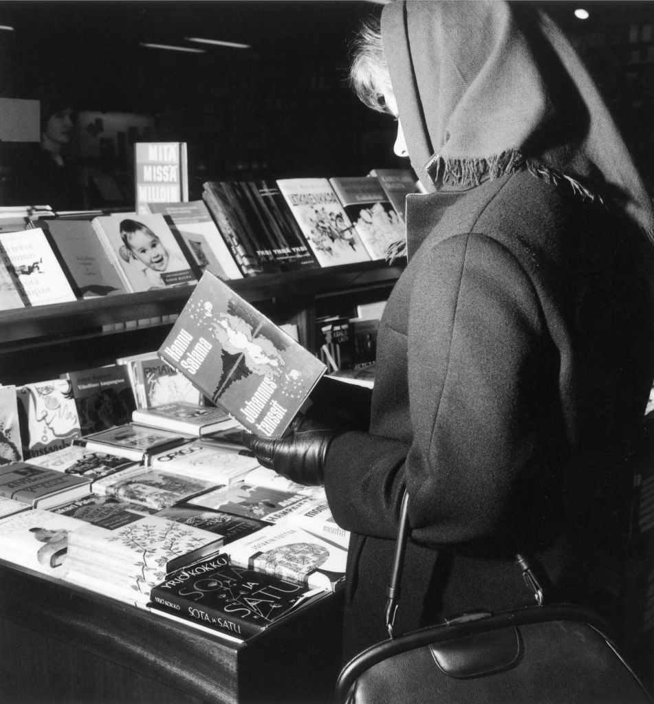 Juhannustansseista otettiin ilmestymisvuonna 1964 kuusi painosta, joiden yhteismäärä oli 40 000 kappaletta. Tavallisen kansan kielellä kirjoitettu kirja miellytti lukevaa yleisöä. (Kuva: Lehtikuva)
