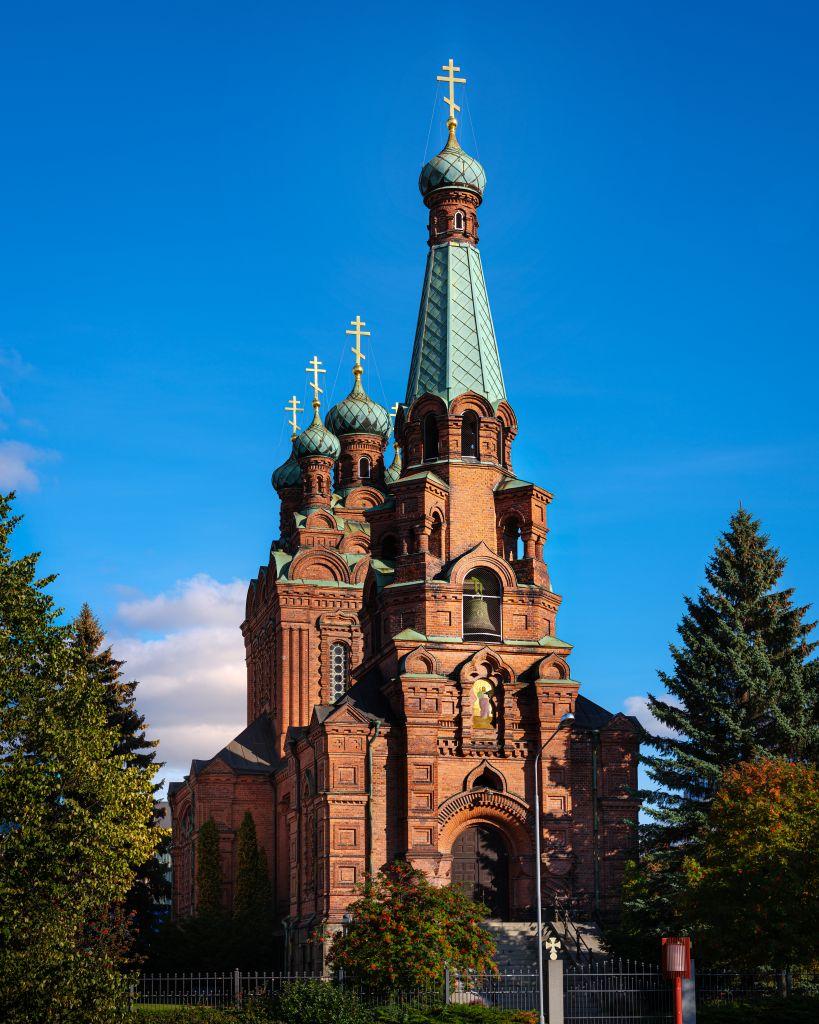 Kirkon katolla on seitsemän liekkikupolia, ja sen pääkupoli on 17 metrin korkeudessa. (Kuva: Sami Reivinen)