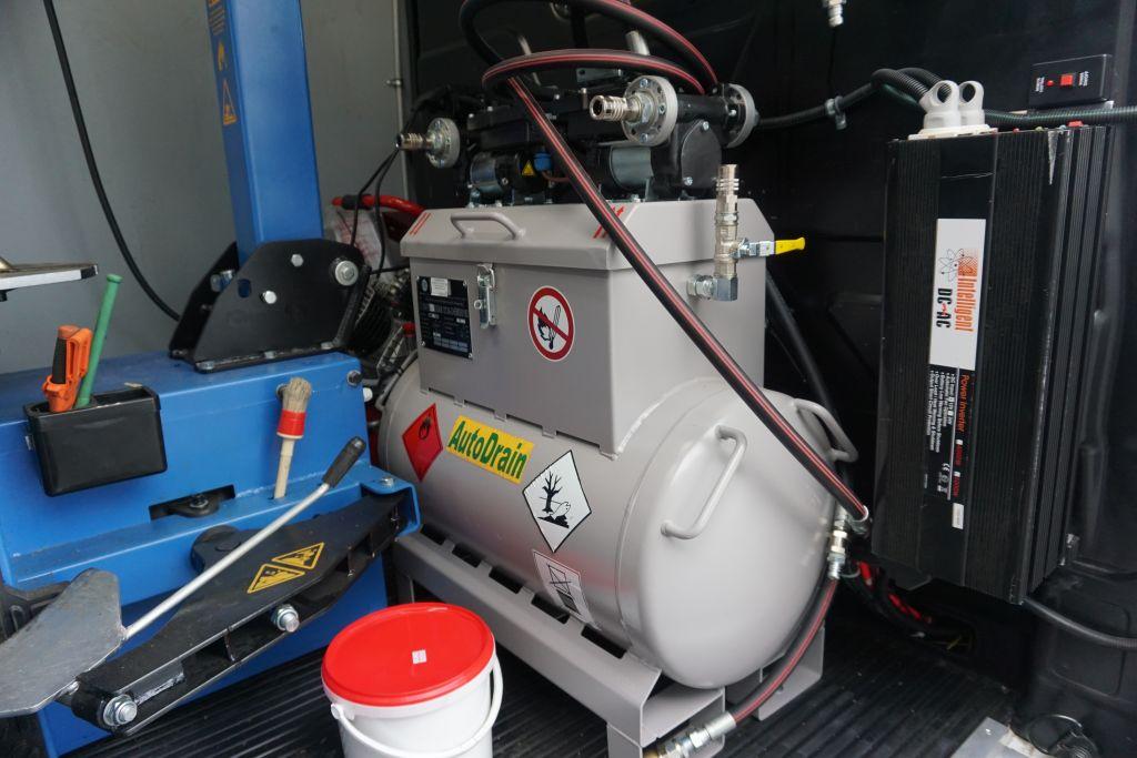 Väärän polttoaineen tankkaaminen on hyvin yleistä. Nykyaikaisessa tiepalveluautossa on alipaineella toimiva ja pumpulla varustettu kone, jolla auton tankki saadaan nopeasti tyhyjäksi ja puhdistetuksi. Tiepalveluauto tuo mukanaan oikeanlaista polttoainetta, jotta matka voi jatkua. (Kuva: Matti Pulkkinen)