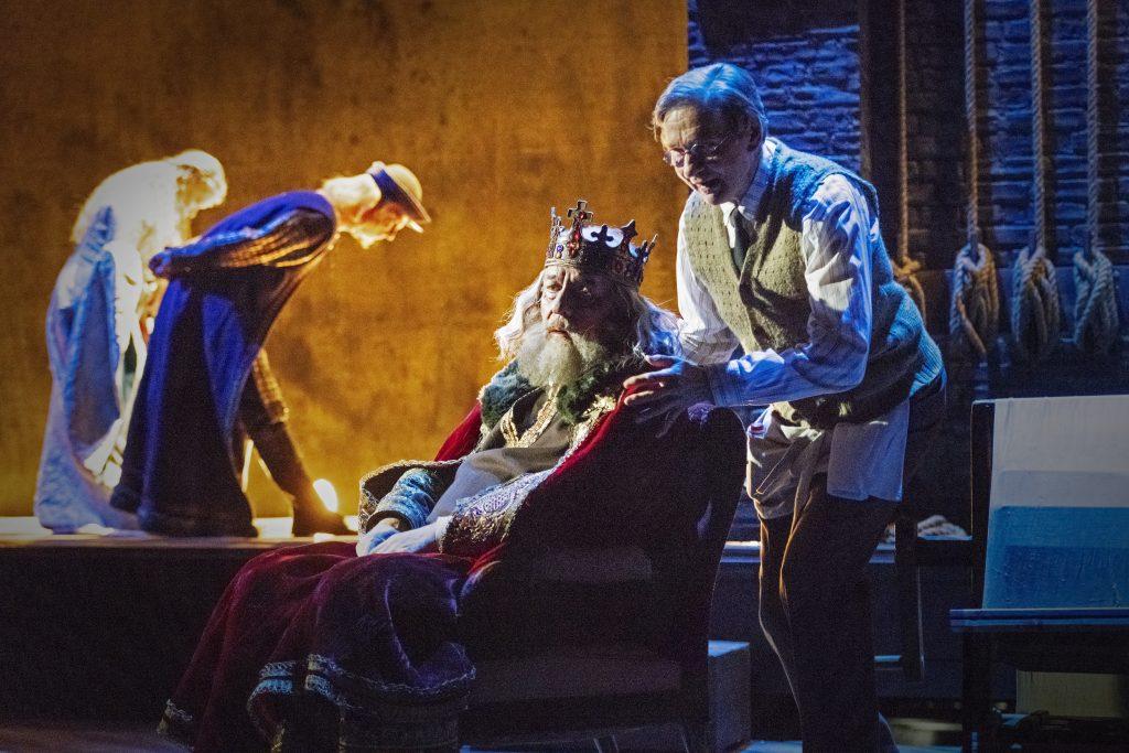 Ronald Harwoodin Pukija (The Dresser) on näytelmä lojaalisuudesta ja omistautumisesta. Se on kuin oppitunti isännän ja palvelijan työsuhteesta ja ystävyydestä. Esko Roine Sirinä tekee huippusuorituksen. Pukijana eli Normanina nähdään toinen mestaritaiteilija Asko Sarkola. (Kuva: Otto-Ville Väätäinen)