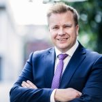 Puolustusministeri Antti Kaikkonen Pirmedioille: Keskeisin Suomen turvallisuuteen vaikuttava tekijä liittyy Venäjän ja länsimaiden kiristyneisiin suhteisiin