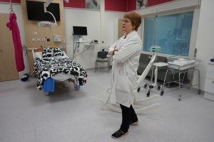 Tays Syntymäpaikan apulaisylilääkäri Outi Palomäki on tehnyt runsaat kymmenen vuotta kehitystyötä nyt avattavien modernien tilojen hyväksi. Hänen mukaansa Taysissa on nyt maamme parhaat tilat äitiyspoliklinikalla, raskaana olevien vuodeosastolla, naistentauti- ja raskauspäivystyksellä, synnytysosastolla sekä vastasyntyneiden tehohoitoyksiköllä. (Kuva: Matti Pulkkinen)