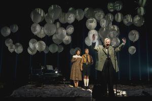 Hitler ja Blondi -näytelmässä ilmapallot ovat keskeisessä roolissa Hitlerin mielenmaiseman kuvaajana. (Kuva: Kari Sunnari)