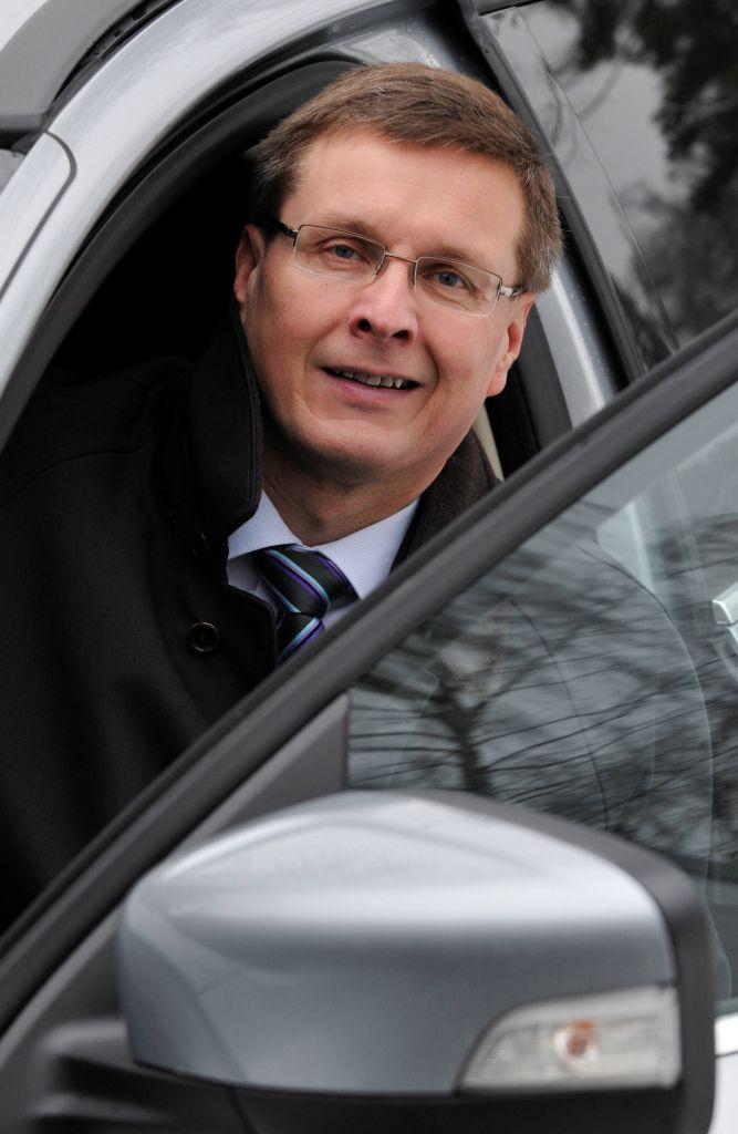 Autokauppaan on syntynyt uusi normaali. Siihen kuuluu vuosittain noin noin 110 000 - 120 000 tuliterän auton ostaminen ja ensirekisteröiminen sekä vilkas käytettyjen autojen kauppa. Toimitusjohtaja Pekka Rissa sanoo, että Suomen asettamien ilmastotavotteiden saavuttaminen on utopiaa nykyoloisella autokannalla.