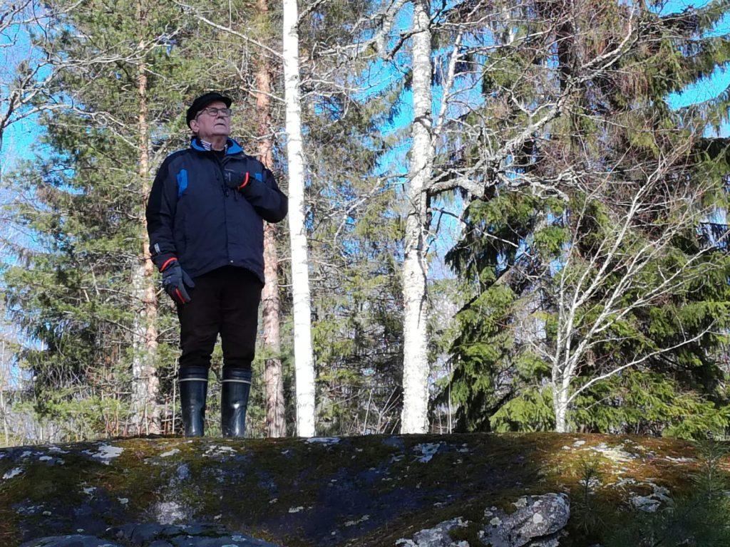 - Maamme-laulu kestää aikaa. Suomalaiset eivät luovu Johan Ludvig Runebergin lyriikasta kansallishymnissään. Kansallisrunoilijan riimitykset ovat täynnä oivaltavia ja hienoja yksityiskohtia, kirjailija Panu Rajala sanoo. Hän aistii suomalaisen luonnon herkkyyttä kesäkodissaan Villa Viehätyksessä Hämeenkyrössä. (Kuva: Marja Norha)