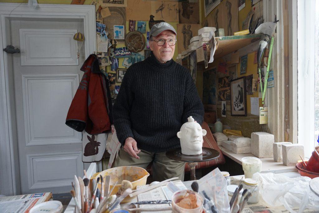 Teemu Luoto on tehnyt keraamikkataidetta kuusi vuosikymmentä. Hän korostaa, että teoksien valmistaminen antaa taiteilijalle hyvää oloa ja elinvoimaa. Valmiit teokset tuovat iloa niiden ostajille. (Kuva: Matti Pulkkinen)