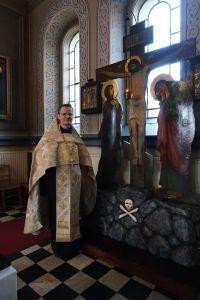 Golgatan risti eli Ristin ikoni muistuttaa meitä Jeesuksen kuolemasta meidän kaikkien puolesta. Isä Heikki Honkamäki muistuttaa pääsiäisen ydinsanomasta, jonka mukaan jokaisessa ihmisessä on elämän henkäys. (Kuva: Matti Pulkkinen)