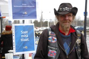 Mehiläistarhaaja Jussi Riekkinen on myös uuden POK:n edustajiston jäsen. (Kuva: Akaan Seudun arkisto)