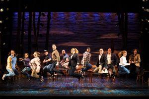 Maailmaa valloittava Come From Away -musikaali sai ensi-iltansa Lontoossa vuonna 2019. Kaksi vuotta aiemmin teos kantaesitettiin Broadwaylla. Nyt supersuosittu musikaali on tulossa vuoden 2021 syksyllä Tampereen Työväen Teatterin ohjelmistoon. Lontoossa musikaali on kahminut arvostettuja palkintoja, kuten neljä Laurence Oliver -palkintoa. (Kuva: Phoenix Theatre)