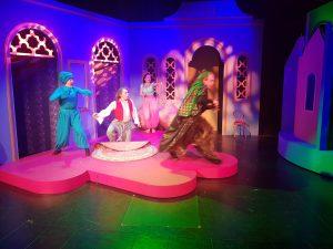 Tampereen Komediateatterissa maanantaina 29. kesäkuuta ensi-iltansa saava Aladdin ja taikalamppu -satunäytelmä ammentaa voimansa komediasta. Tekijät vakuuttavat, että tämänkertaisessa esityksessä ei ole hiventäkään Disney-maailmaa. Kuva on harjoituksista. (Kuva: Matti Pulkkinen)