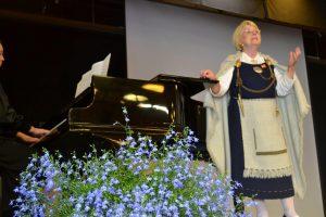 Diplomilaulaja Raita Karpo on Karjala-laulujen suuri tulkki. Taiteilija on lievittänyt musiikillaan vuosikymmenien ajan suomalaisten Karjala-ikävää. (Kuva: Maaria Karpo)
