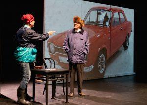 Esko Roine taitaa Mielensäpahoittajan esittämisen. Aimo Räsänen on ohjannut ja tekee monta roolihahmoa suurella intohimolla. Suomalaisten hyvin tuntema Ford Escort 1100 on tärkeässä asemassa juonin kuljettamisessa. (Kuva: Kari Sunnari)