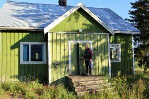 Tamperelainen Mika Pelttari on ostanut vanhan hirsitalon piharakennuksineen Vesilahdelta. Hän toteuttaa sinne suuren unelmansa: maatilamatkailuyrityksen. (Kuva: Tuula Joof)