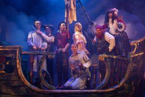 Peter Pan menee pieleen -näytelmä on paitsi korkeatasoisen näyttelijäntyön myös sadunhohtoisten lavasteiden suurta juhlaa. (Kuva: Tampereen Teatteri)