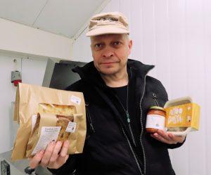 Heikki Penttilä on ollut tällä viikolla 25 vuotta lähiruoan tuottaja. Hän toivoo kauppaketjuihin, että ne ottaisivat aidosti lähituottajien tuotteet valikoimiinsa. (Kuva: Sydän-Hämeen Lehti)