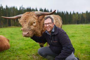 Erikoislihalla on hyvä menekki Pirkanmaalla ja pääkaupunkiseudulla. Juupajoella Metsäojan tilalla on keskitytty Highland Cattle -rotuun lihantuotannossa. Pertti Pasuri hyvittelee pörröistä nautaa. (Kuva: Matsäojan tila)